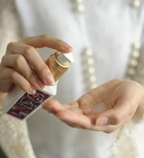 メイクアップミルク(グラマラス)を2プッシュ手に取り、手のひらによくのばす。
