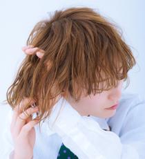 トップから毛先まで、指を通すよう髪全体につけて束感と動きを出す。髪の内側からもつけると、持続力がアップする。