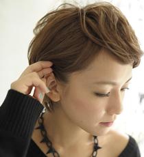 指先についたハードゼリーをなじませるように、両サイドの髪を耳にかけてタイトにする。