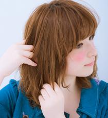 トップから毛先まで、指を通すよう髪全体につけて束感を出す。表面の髪だけにつけると動きが出ず、パサパサに見えるので注意!