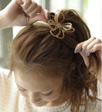 結んだ毛束を細く取り、ゴムを隠すようにクルクルと巻きつけて、ゴムの中にしまえば完成。