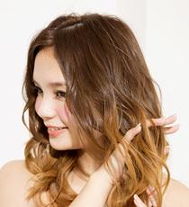 髪の表、裏側の両方から2~3回指をとおしてウェーブをほぐす。毛束に動きが加わり、旬な軽さが生まれる。