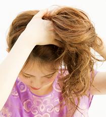 トップ高めの左サイドに髪を集める。少し前屈みになり、後ろの髪をすべて前へ流すようにすると襟足がスッキリ。