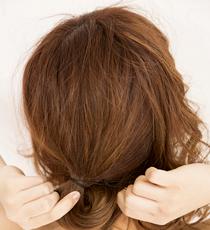 メイクアップミルク(ナチュラル)を手になじませ、毛先から毛束を持ち上げるように髪へなじませる。中間でくしゅっと握り、ウェーブ感を出して。