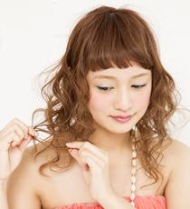 アクセゴムで髪を結び、根元から左右に毛束を割く。これでボリュームを出しつつ結び目が引き締まり、ふんわり感とともにキープ力も高い仕上がりに。