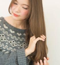 髪をとかすように手ぐしを通し、全体にムラなくメイクアップミルクをなじませていく。