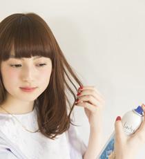 毛束を少し浮かせるようにしながら、キラキラシューを耳横から吹きかければ完成。
