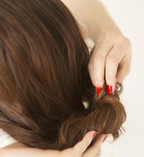 1で結んだ毛先を外側にくるくると折り畳んでいく。毛束がつぶれないように、ふんわり畳むのがポイント。