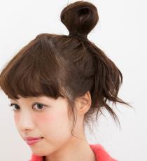 手ぐしで髪をまとめ、高い位置でひとつに結ぶ。