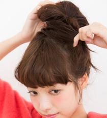 結ぶとき、毛束を最後までゴムに通さず輪っかにすることで、ゆるっとしたおだんごに。