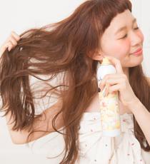 全体にフワフワシューをスプレーしておく。毛束を持ち上げ、内側にもしっかり行き渡るようにスプレーするのがポイント。