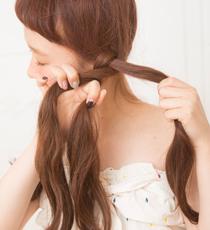 耳が半分隠れる位置くらいから、きつめに三つ編みをつくる。毛先を多めに残して、ゴムで結んで。