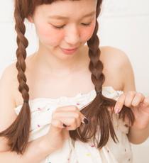三つ編みの毛先をラフに散らして、カジュアルに仕上げる。