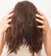 根もとをふんわりさせるため、シャンプーするときのように髪を全部、前にもってきて、手ぐしでほぐす。
