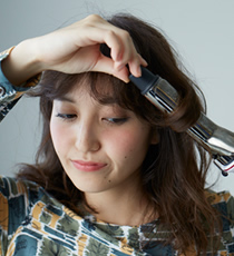 アイロンで髪全体をランダムに巻いた後、手のひらにをピンポン玉2個分出し、泡をつぶしながら毛先から根元まで髪全体になじませます。