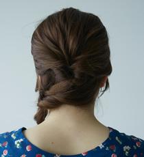 残った髪を土台に巻きつけるように編み込み片サイドへ寄せていきます。