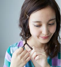 巻いた毛束を崩した後、片サイドに2本ずつぐらいの細い二つ編みを織り込みながらさらに残った髪を散らし奥行を表現します。