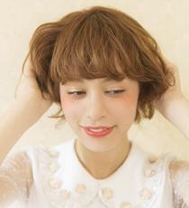 下から持ち上げるように髪を握り、中間~毛先にワックスを揉み込む。クシャクシャと揉み込むことでニュアンスのある動きが誕生。