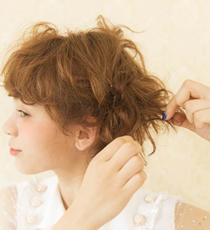 Step3の毛先をさくように散らして、ラフ感&ボリューム感を出す。正面から見た時にバランスよく見えるように毛先を散らすと◎