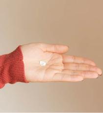 メイクアップワックス 6.5をパール大ほどとり、手のひらによくのばす。