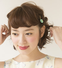 顔まわり以外はペタンとつぶれてしまわないように、毛先をつまむようにしてボリュームをプラスして。