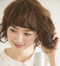 毛束を持ち上げながら、8割ほどドライヤーで乾かす。毛先はやや濡れているくらいまで乾かすのがポイント。