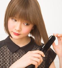 ストレートアイロンで毛先をまっすぐにのばす。