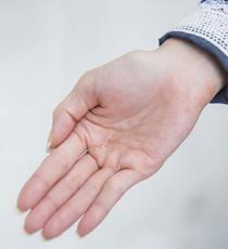 ロレッタ ベースケアオイルを2プッシュほど手に取る。