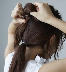 塗布後、後頭部を上下に分け、下の髪は一束にまとめ、上の髪はおだんごにして土台を作ります。