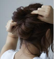 他の余った毛を土台に巻き付けてピンで留める。