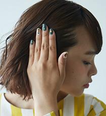 手のひらにをピンポン玉2個分出し、泡をつぶしながら髪全体に塗布した後、片サイドの髪を耳へかけ、後方へ引っ張るように押さえつけ、さらにを重ね付けします。