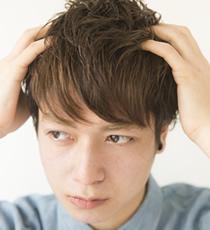髪の内側に指を入れ、持ち上げるようにハードジェリーを全体になじませていく。