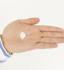 メイクアップワックス6.5をパール玉2個分ほど指に取り、手のひら、指の間にしっかりとのばす。