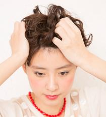 髪全体の中間から毛先にかけてまんべんなくジュレをなじませる。ウェーブ感を出すように、やわらかな力で揉み込んで。