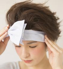 前髪がオールバックになって立ち上がった状態になるように、顔を下に向けてターバンをつける。