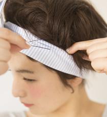 バランスを見つつ、ところどころの毛束をねじってピンで留める。ボリュームがつぶれないように留めること。ターバン後、全体にフワフワシューを吹きかけて完成。