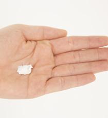 パール大くらいのワックスを手にとり、手のひら、指と指の間にもしっかりとのばす。