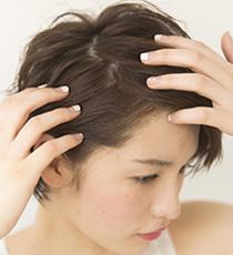 前髪を8:2または9:1くらいの超サイドパートで分ける。ややジグザグになるように分けるのがポイント。