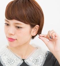 片サイドの耳にかけた毛先をつまんで外ハネにするのがポイント。
