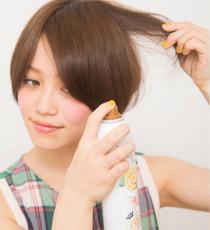 クルクルシューを全体にスプレーする。髪の内側にまで行き渡るように、毛束を持ち上げながらスプレーするのがベター。