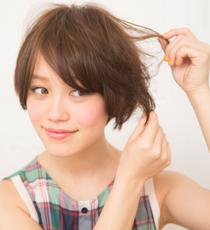 毛先を引き裂くように散らして、カジュアルな束感をつくる