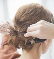 結んだ毛先部分を指で花のように広げれば完成。無理矢理結んじゃった感が可愛い。