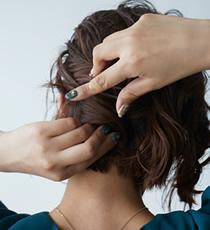 土台が出来たら周りの髪をねじりながら巻き込みピンで留めていきます。