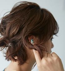 逆サイドは髪を耳にかけながら耳より手前の髪を指でねじりウェーブを強調します。